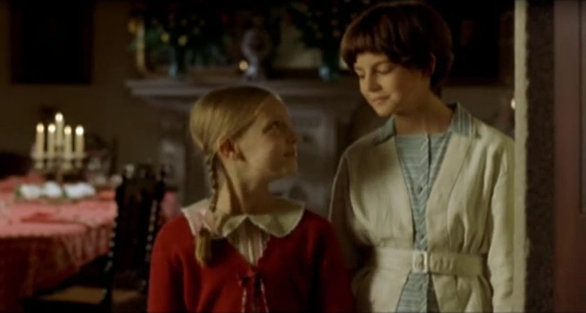 Luna McGill and Clara Lago, as Blanca and Carol, looking at each other in 'El viaje de Carol'.