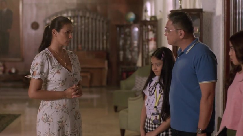 Iza Calzado as LIza reuniting with her family, Alessandra Malonzo as Therese, Nonie Buencamino as Anton and Therese Malvar as Karla in 'Distance' (2018).