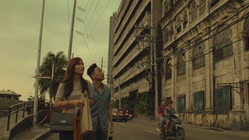 Emmanuelle Vera and Nicco Manalo as Isa and Sam walking near El Hogar in Escolta, in 'Tayo sa Huling Buwan ng Taon' (2019).